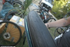 Dass der Reifen zu Beginn vollständig im Tiefbett sitzt, ist essentiell für einfaches Gelingen.