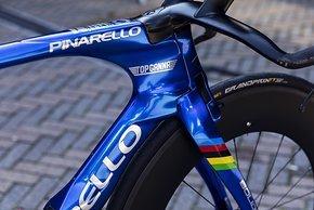 Auf der Gabel die Regenbogenfarben des Weltmeister