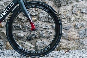 Die Form der Gabelscheiden in Reifenhöhe ist überarbeitet. Sie soll den Strömungsabriss besser verhindern