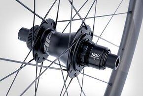 Der Laufradsatz ist um neue ZR1-Naben aus Deutschland aufgebaut, die 66 Rastpunkte haben
