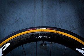 S-Works Turbo Cotton Reifen und Zipp 303 Laufräder.