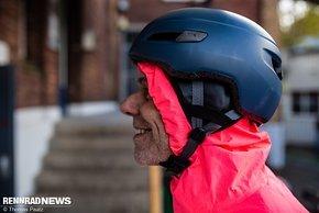 Notfalls tut es im Alltag auch die Kapuze der Regenjacke unter dem Helm