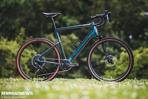 """Das neue Cannondale Topstone Carbon Lefty verfügt über eine Lefty-Federgabel, die zusammen mit dem Kingpin-Federungskonzept und breiten 27,5""""-Reifen für jede Menge Komfort und Gelände-Performance sorgen soll."""