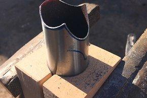 Bei der Bearbeitung der Rohre helfen Klemmbacken aus Holz