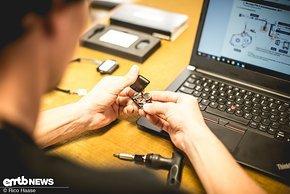 Strom bekommt der smarte Anhänger von einer kleinen Knopfzelle