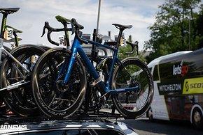 Mitchelton-Scott hat auch noch eine blaue Variante des Bikes...