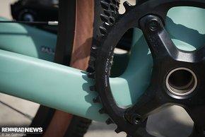 ... und beidseitig abgesenkte Streben schaffen Platz für breite Reifen.