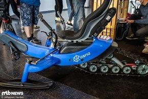 Das E-Trace ist das erste elektrisch angetriebene Snowbike und verfügt über einen Sachs-Motor. Die Magura-Bremsen sollen das Gefährt zuverlässig abbremsen