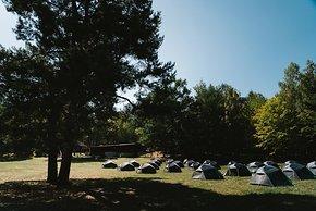 Zelte am Forsthaus aufgeschlagen