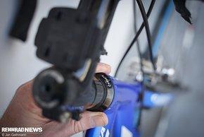 Das Lagerspiel am Steuersatz checkt man bei gezogener Vorderradbremse