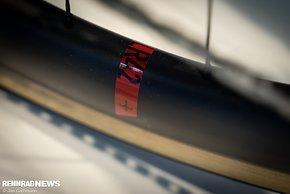 Auf den hauseigenen SLR 42 K-Carbonlaufrädern weiten sich die 30 mm-Reifen ordentlich.
