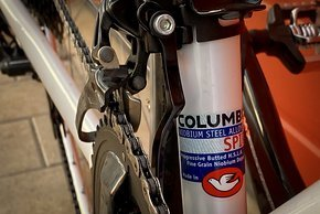 Der Stahlrahmen ist aus einem 3-fach konifiziertem Columbus Spirit HSS Stahl-Rohrsatz gefertigt.
