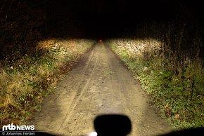 Das Abblendlicht in der hellsten Stufe. Die rote Leuchte auf dem Weg ist in 50 m Abstand aufgestellt.