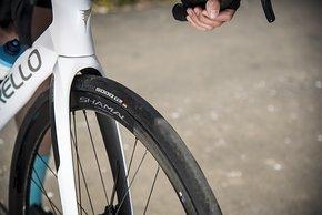 Tubeless-Reifen können ebenso montiert werden wie Drahtreifen