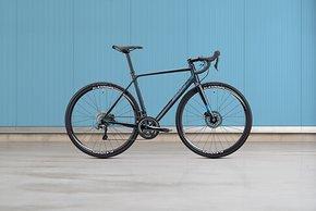 Das R1 mit Tiagra 2x10 sieht erwachsen aus und kostet 1.099 € (9,7 kg)