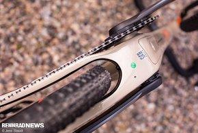 Die Reifenfreiheit ist hoch – so viel Luft bleibt noch beim serienmäßigen 40 mm Maxxis Rambler