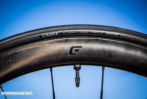 Die Cadex Race-Reifen wurden passend zu den neuen Felgen entwickelt, die Maulweite der Felge von 19 mm harmoniert gut mit 25 mm Breite