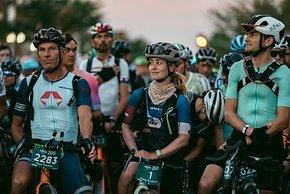 Männer und Frauen gehen gemeinsam ins Rennen