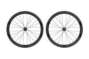 Rotor 1x13-kompatible Carbon-Laufräder, Gewicht: 1.476 g, 45 mm hohe Felge, 2:1 Einspeichung mit CX- Ray J-Bend und Centerlock