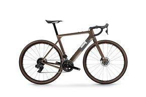 3T Exploro Team in Coffee fährt als einziges Gravel Bike vor und kommt mit Rival AXS 2x12 für 4.399 €