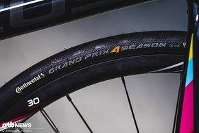 Die beliebten Conti Grand Prix 4Season drehen sich am Testrad auf Zipp 30 Course-Laufrädern (in der Serie Zipp 302 Carbon)