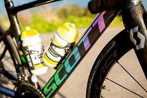 Der Scott-Schriftzug glitzert in allen Farben des Regenbogens am Scott Addict RC von Annemiek van Vleuten