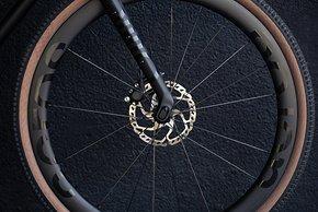 Die neuen Acros All-Road Laufräder mit 45 mm Aero-Allround-Carbonfelgen wiegen 1.495 g