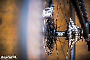 DT Swiss Arc 1100 Laufräder mit DT 180 Naben sind am 7,6-Kilo-Rad verbaut