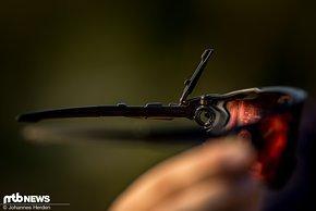Dieser kleine Klappmechanismus arretiert den Brillenbügel in einer von drei gewünschten Längen.
