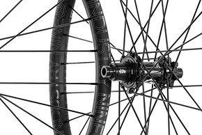 """Der neue Industry Nine Enduro 305 V3-Laufradsatz bringt in 29"""" 1.850 g auf die Waage und ist für einen Preis von $ 1.355 erhältlich."""