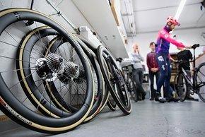 Die Hollowgram KNØT 45 SL Laufräder mit 21 mm Maulweite sind ebenfalls neu. Gewicht: 1.550 g, Innenleben der Naben von DTSwiss