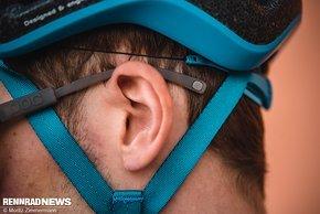 Die Helmschale lässt Platz für Brillenbügel.