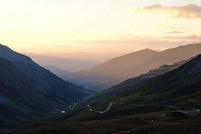 Blick vom Pass Col d'Agnel zurück ins Tal bei Sonnenuntergang