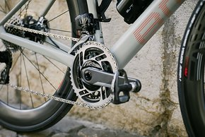 SRAM Red eTap Kurbel an der Roadmachine 01