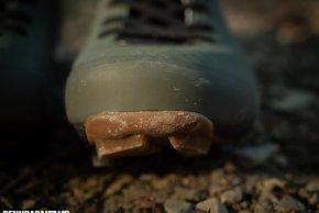 Am Vorderfuß schützt eine umlaufende Gummikappe vor Schäden.