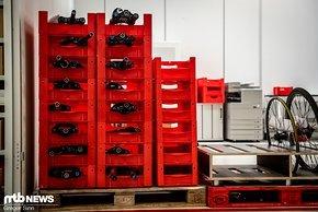 Die Produkte landen in roten Kisten und können von den Mitarbeitern selbst ausgewählt werden.