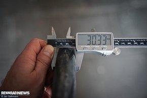 Aerodynamisch optimiert sind die Zipp 303 S für 28-622er Reifen. Ein Schwalbe Pro One dieser Größe baut auf der breiten Felge 30 mm breit