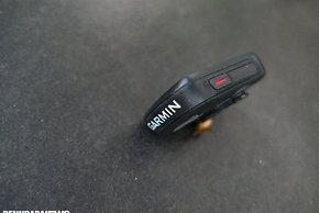 Der gut tastbare Ein/Aus-Knopf an der linken Geräteseite