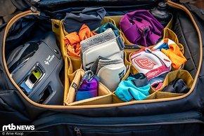 Im Hauptfach kommt ein Waben-Design zum Einsatz, wodurch Trikots, Knieschoner, Jacken und Handschuhe ordentlich eingepackt werden können.