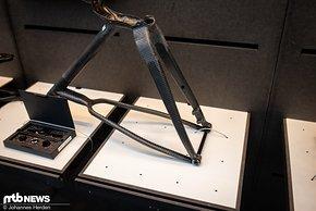 Durch sie können robuste Steckachsen mit wartungsfreien Riemenantrieben kombiniert werden. Er ist schnörkellos designt und technisch wie ästhetisch klasse gelöst.