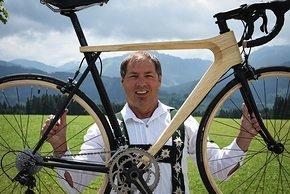 Klaus Gessenauer zeigt stolz sein Werk – demnächst will er sich das Heben einfacher machen und das Gewicht auf 8,45 kg senken