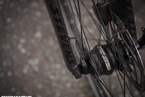 Der Shutter Precision Nabendynamo versorgt die Lichtanlage ohne bei der Fahrt fühlbaren Widerstand mit Strom