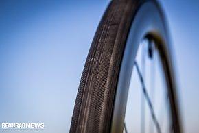 Die Cadex Reifen besitzen einen Kern mit Carbonfasern, der für dauerhaft sicheren Sitz auf der Felge sorgen soll
