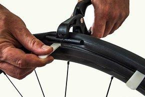 Eine neue Spezialzange soll die Demontage des Reifens bei eingesetztem Insert erleichtern.