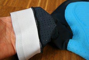 Am Beinabschluss finden sich ebenfalls Anti-Rutsch-Applikationen.