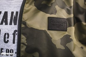 … und präsentierten mit der HOODED JACKET CAMO direkt eine neue Outdoor-Jacke