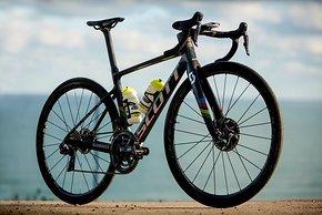 Das Addict RC für das Mitchelton-Scott Frauenteam ist mit Shimano Komponenten und Pirelli-Reifen bestückt