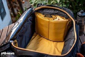 Wenn man im Hauptfach mal etwas mehr zusammenhängenden Platz zur Verfügung haben möchte, kann man das Wabengitter zusammenschieben und an der rechten Taschen-Seite fixieren.