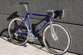 Das Principia RSL aus den 90ern wiegt trotz eher schwerer Campa.-Hochprofil-Laufräder und 3-fach Gruppe nur 9,4 kg mit Pedalen.