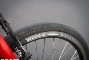 Als Reifen kommt ein 20-Zoll Conti Speed Contact in 28 mm zum Einsatz – 15.000 km ohne Probleme